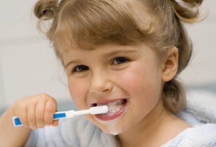 Giúp bé không bị sún răng mẹ cần làm gì